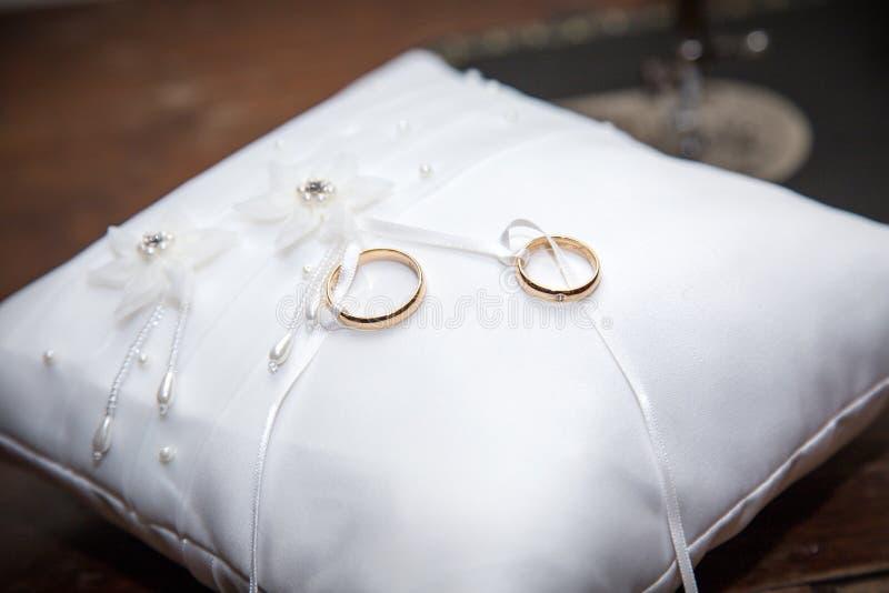 Download Gifta sig för cirklar fotografering för bildbyråer. Bild av enhet - 78727229