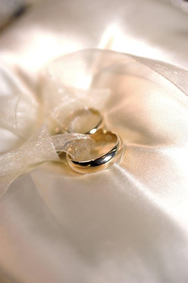 Gifta Sig För Guldcirklar Fotografering för Bildbyråer
