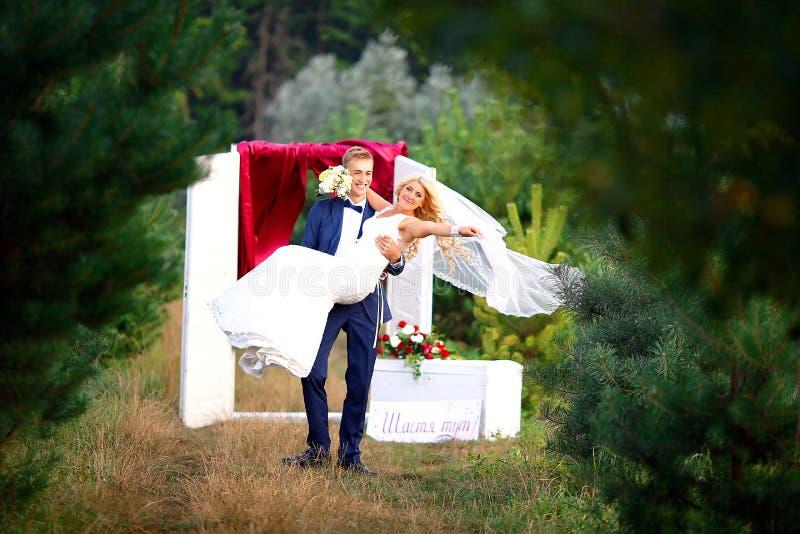 gifta sig för trappa för stående för brudbegreppsklänning brudgummen rymmer bruden på händer Selektivt fokusera royaltyfri foto