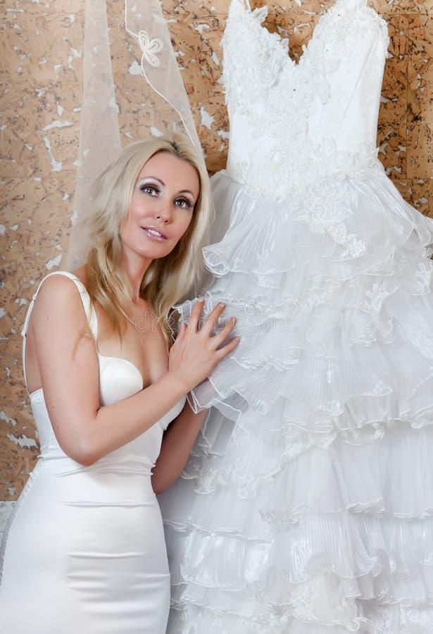 Download Gifta Sig För Tries För Brudklänning Lyckligt Fotografering för Bildbyråer - Bild av köp, folk: 19780853