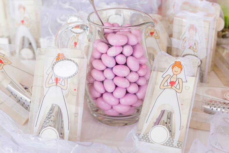 Gifta sig favörer och sockermandlar royaltyfria foton