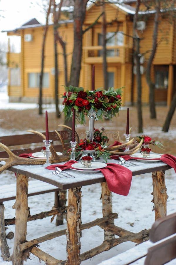 Gifta sig garneringar för ceremonin i gatan i vintern arkivfoton