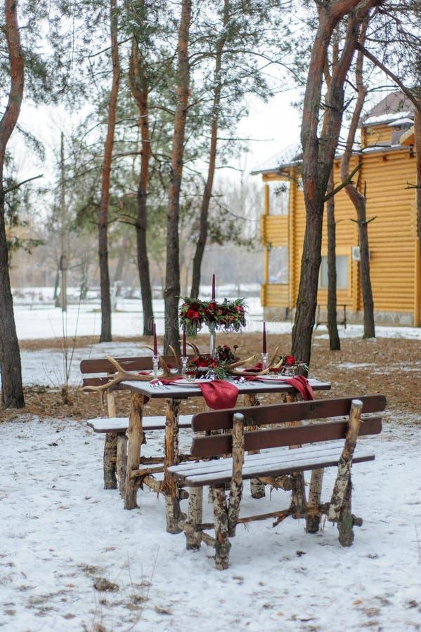 Gifta sig garneringar för ceremonin i gatan i vintern arkivbilder