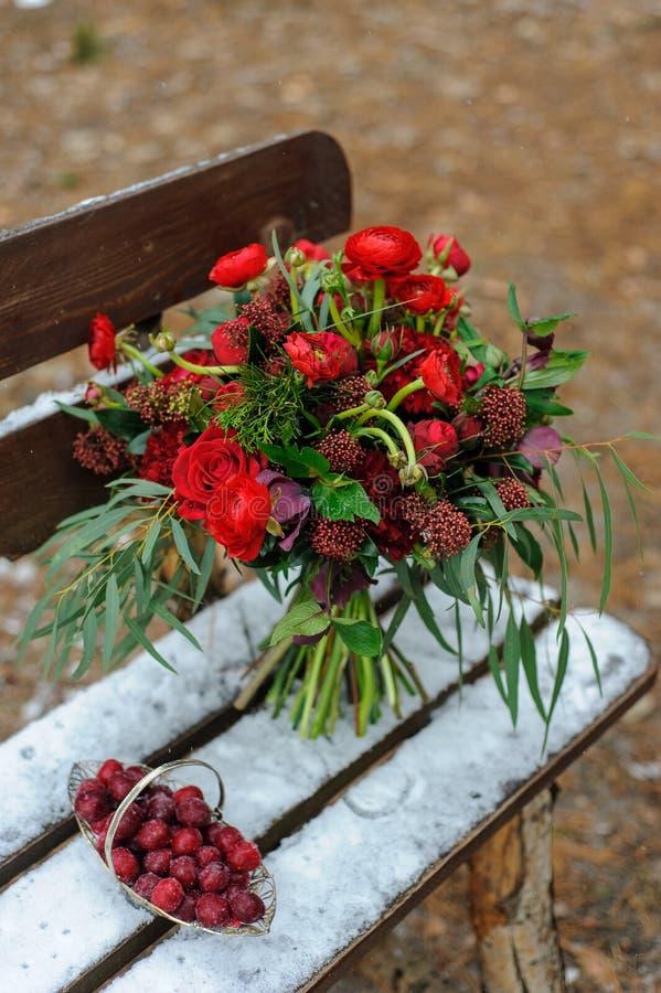 Gifta sig garneringar för ceremonin i gatan i vintern En tabell, stearinljus, disk, ljust röda färger fotografering för bildbyråer