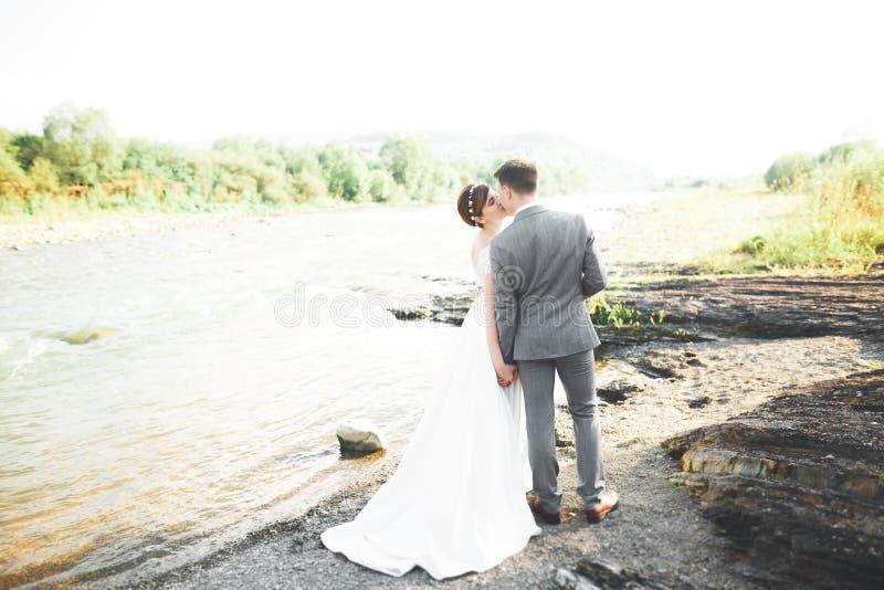Gifta sig händer för parbrud- och brudguminnehav royaltyfria bilder