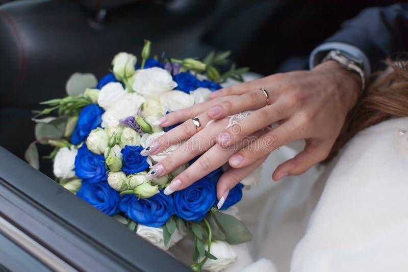 Gifta sig händer med vigselringar arkivfoto