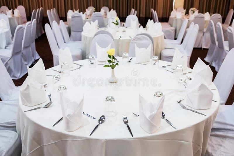 Gifta sig i den lantliga stilen Garnering av tabellen med blomman arkivfoton