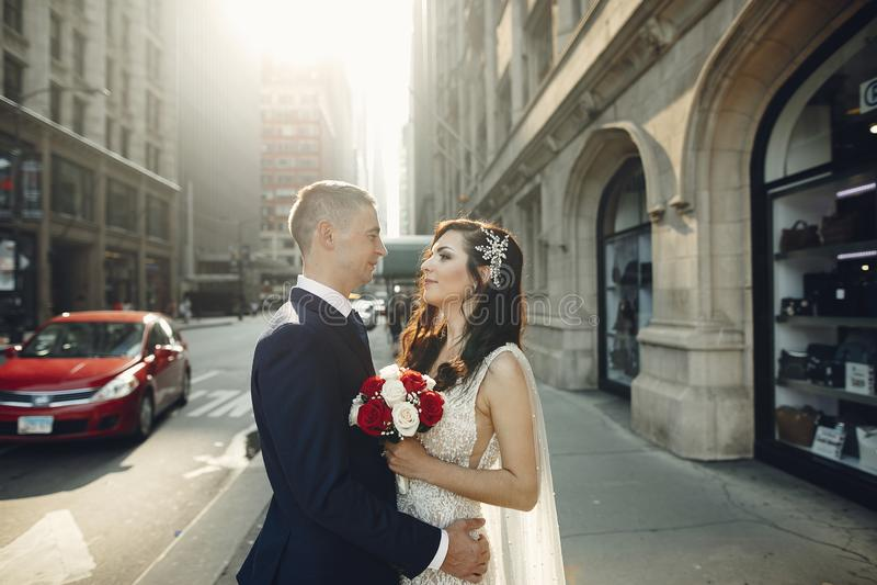 Gifta sig i en stad arkivfoto