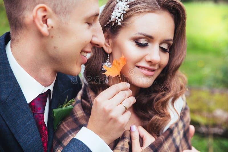 Gifta sig i höst Slutet upp ståenden av bröllopparsammanträde parkerar in arkivbilder
