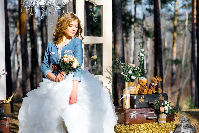 Gifta sig i landsstil i träna royaltyfri fotografi