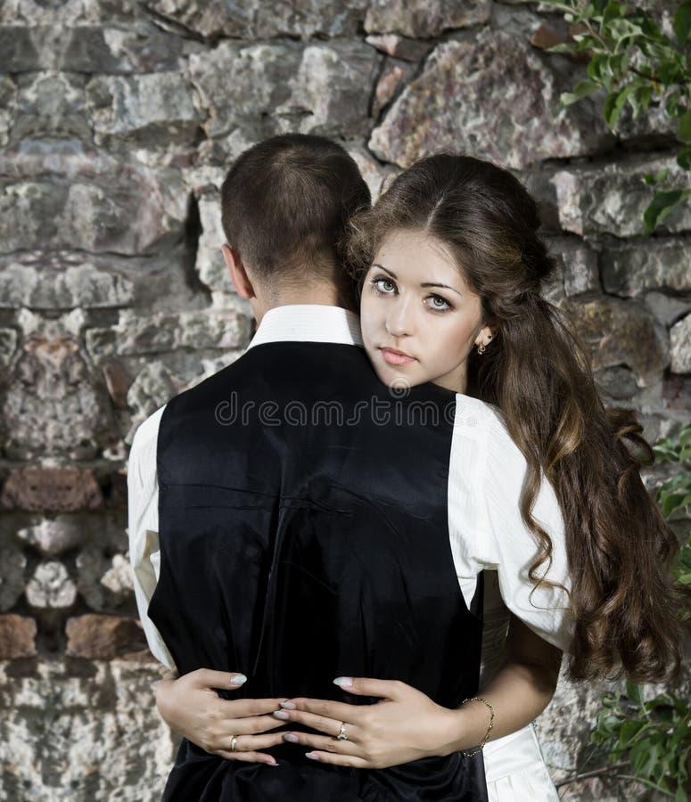 Gifta sig koppla ihop, bruden som omfamnar brudgum fotografering för bildbyråer