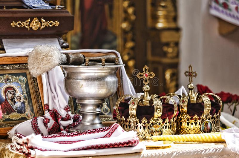 Gifta sig kyrka, klosterbroder, brud, ceremoni, präst, symbol, förälskelse, krona, kultur, garnering, elegant som är guld-, beröm arkivbilder