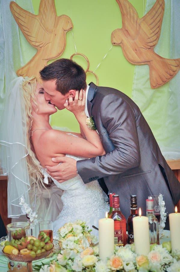 Gifta sig kyss royaltyfria bilder