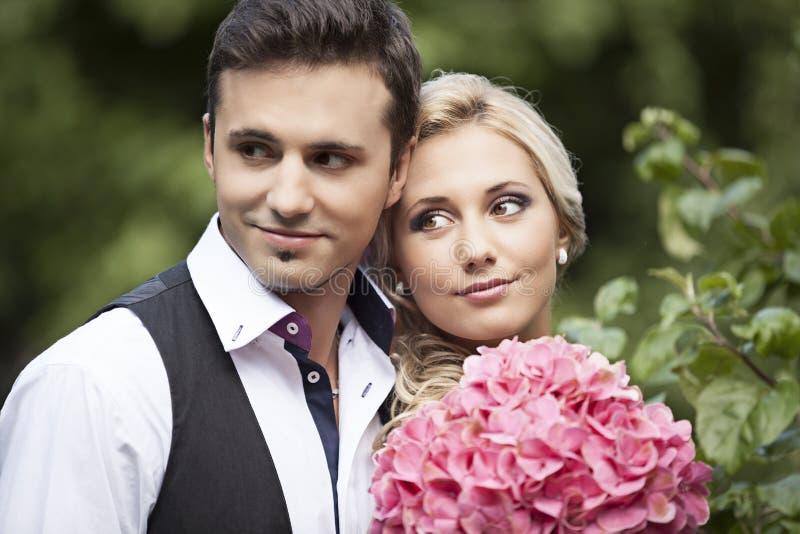 Gifta sig, lycklig ung man och fira för kvinna arkivbilder