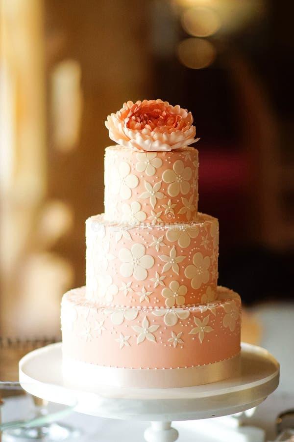 gifta sig mång- kakarosa färgfärg arkivfoton