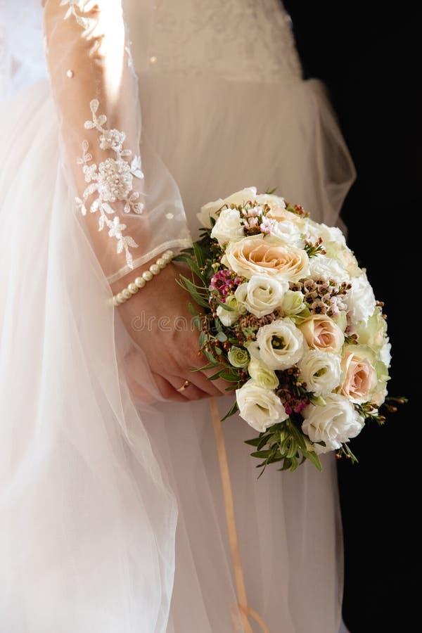 Gifta sig modeståenden av unga par med trevlig boquet Brud och brudgum i Riga, Lettland arkivbild