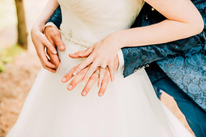 Gifta sig nyligen händer som visar splitterny skinande vigselringar fotografering för bildbyråer