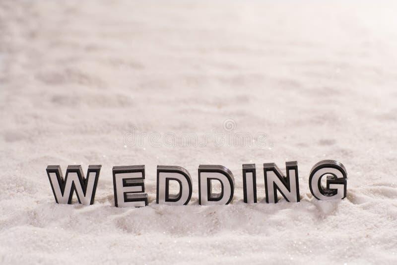 Gifta sig ord på vit sand royaltyfri fotografi