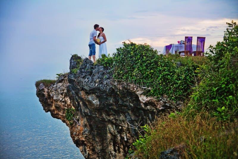 Gifta sig på stranden royaltyfria bilder