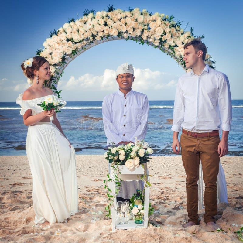 Gifta sig par att gifta sig precis på stranden, Bali royaltyfria foton