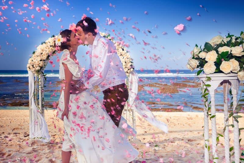 Gifta sig par att gifta sig precis på stranden, Bali arkivfoton