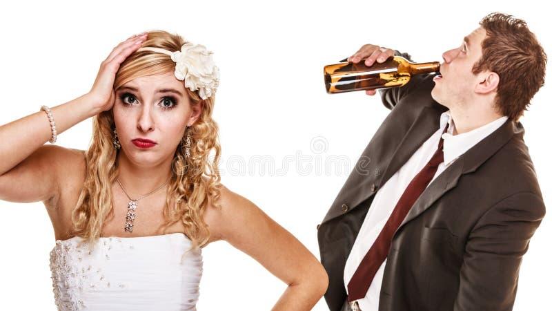Gifta sig par, brud med den alkoholiserade dricka brudgummen arkivbild