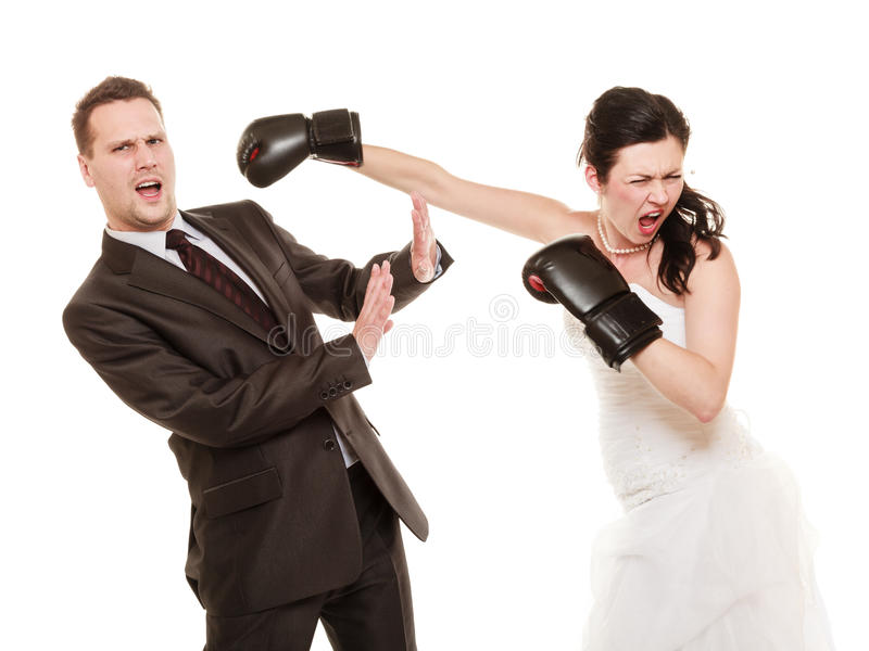 Gifta sig par. Brudboxningbrudgum. Konflikt. royaltyfri bild