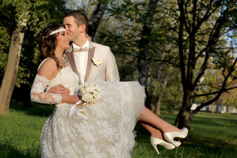 Gifta sig par i natur fotografering för bildbyråer