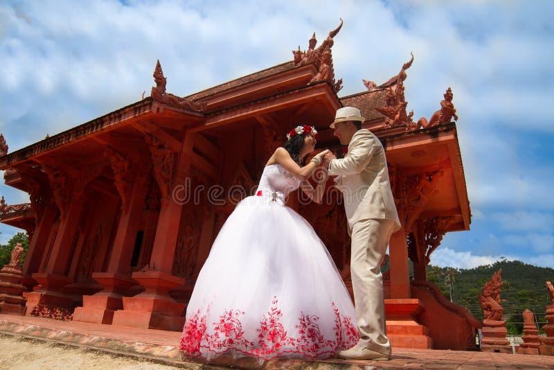 Gifta sig par i thailändsk stil, arkivfoto
