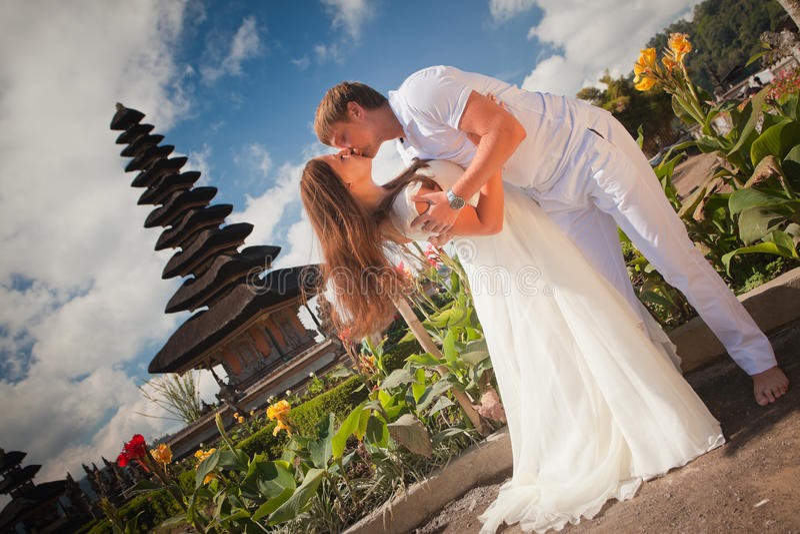 Gifta sig par nära den berömda templet royaltyfri bild