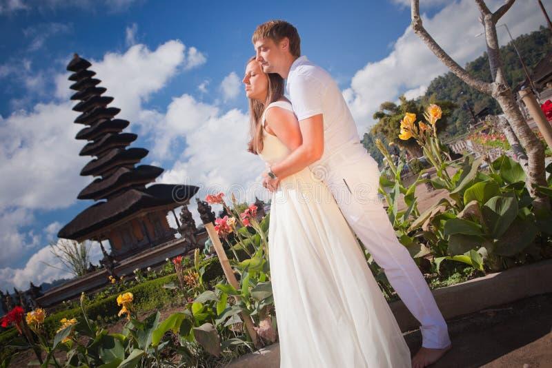 Gifta sig par nära den berömda templet royaltyfri foto