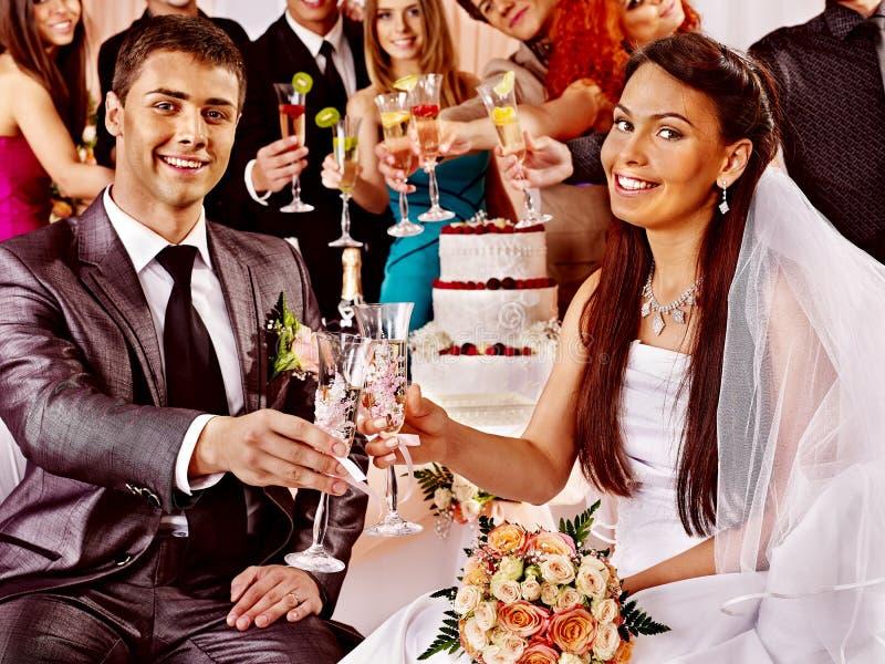 Gifta sig par och gäster som dricker champagne. fotografering för bildbyråer