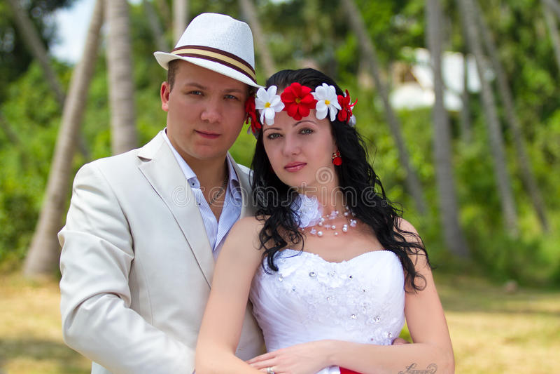 Gifta sig par på ön Samui royaltyfria foton