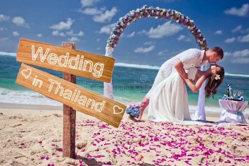 Gifta sig par på stranden fotografering för bildbyråer
