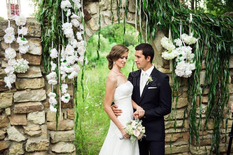 Gifta sig par som kelar den utvändiga bröllopceremonen royaltyfri bild