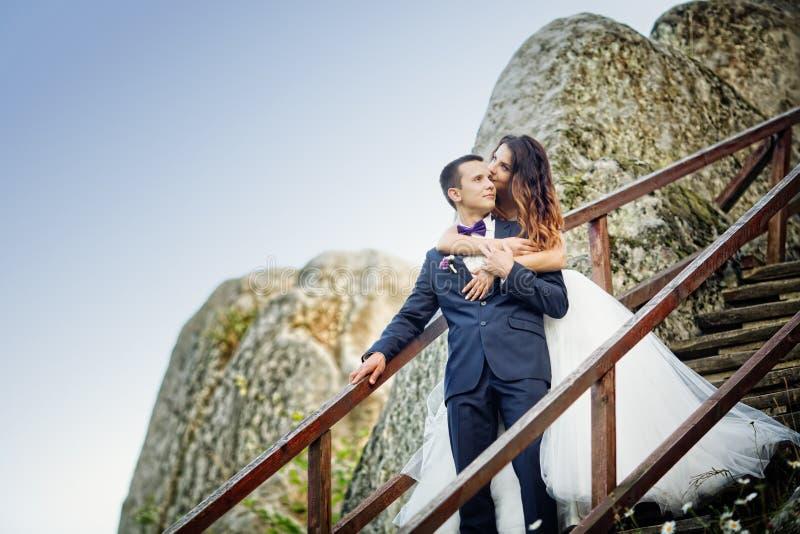 Gifta sig paranseende i bergen mot himlen Gulligt r royaltyfria bilder
