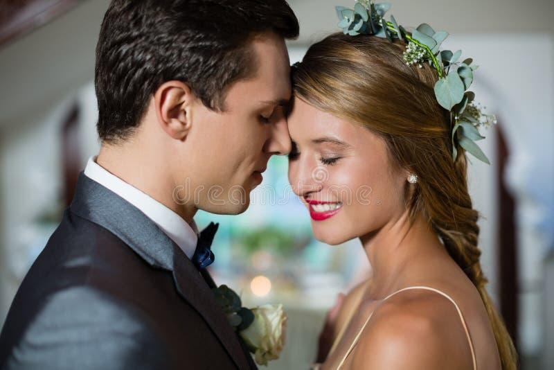 Gifta sig paranseendeframsidan - till - framsida arkivfoto