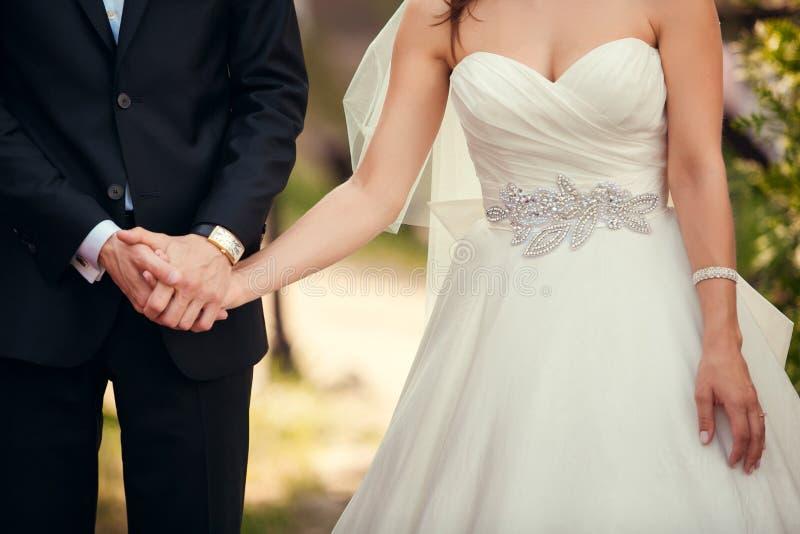 Gifta sig parcloseupen under utomhus- bröllopceremoni arkivbild