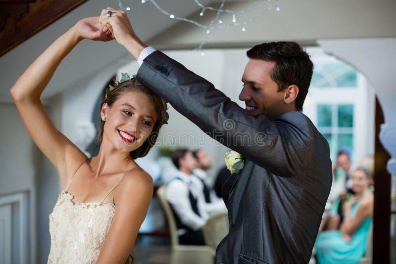 Gifta sig pardans i korridor royaltyfri bild
