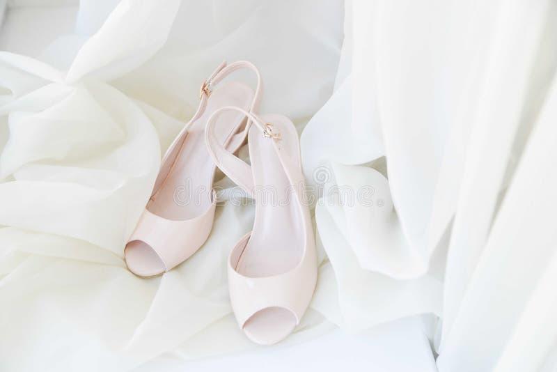 Gifta sig skor på vit bakgrund pastellfärgade skor med häl Beröm bröllop för abstraktionkortillustration royaltyfri fotografi