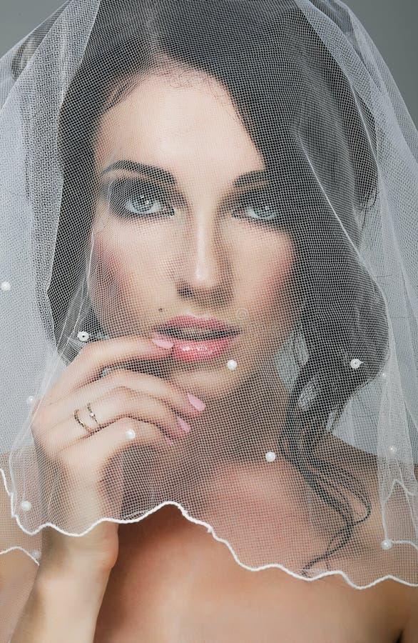 Gifta sig. Ståenden av den tillgivna brudbrunetten skyler in arkivfoto