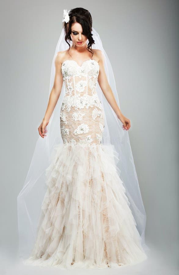 Gifta sig stil. Elegant brud i den vita långa brud- klänningen royaltyfri fotografi