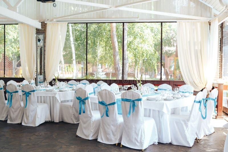 Gifta sig stolgarnering stol för räkningen för garnering för bröllopberömpartiet snör åt vit med blått bandet fotografering för bildbyråer
