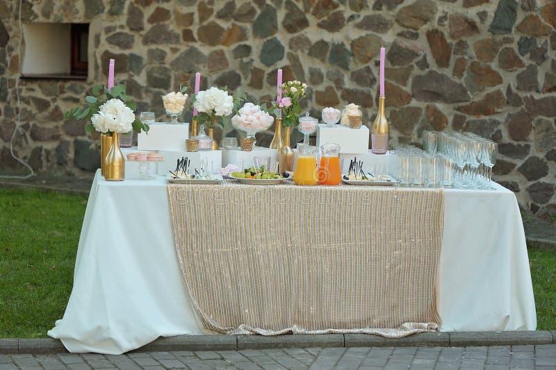 Gifta sig tabellen med buffématställen royaltyfri bild