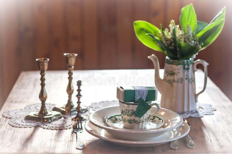 Gifta sig tabellen med gåvan royaltyfria bilder