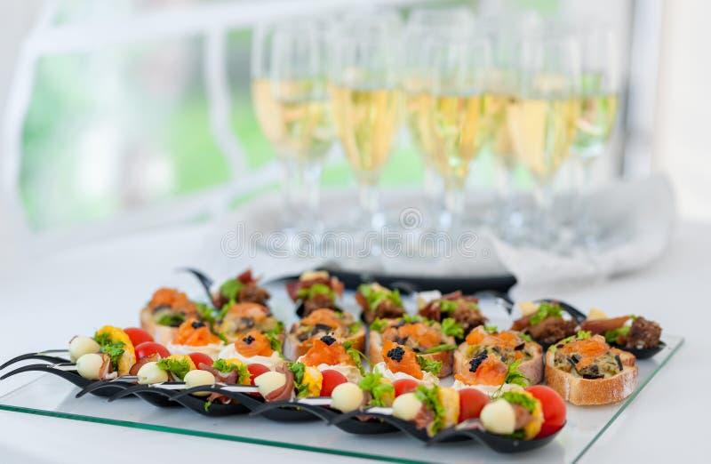 Gifta sig tabellen med mat Aptitretare på tabellen Fisk och rått kött med grönsaker Champagne Glass i bakgrund fotografering för bildbyråer