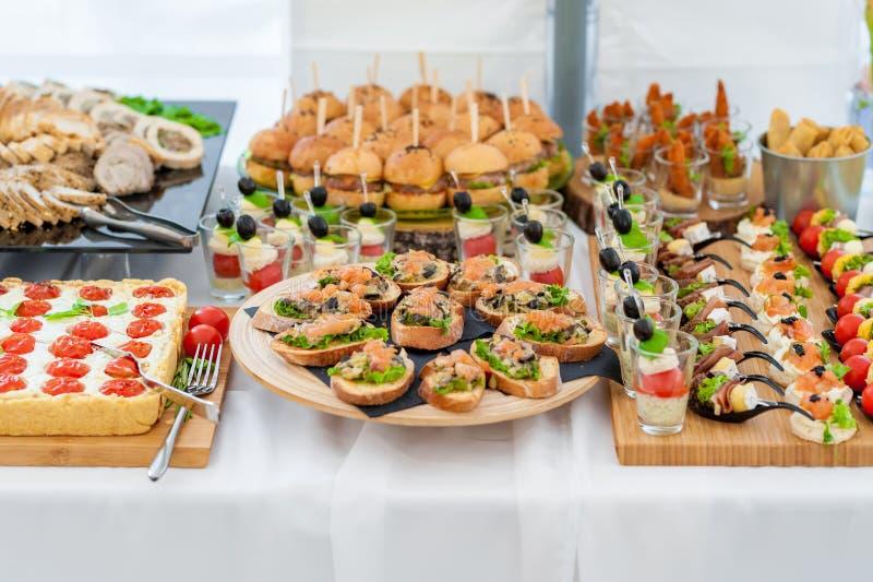 Gifta sig tabellen med mat Mellanmål och aptitretare på tabellen Fisk och rått kött med grönsaker royaltyfri foto