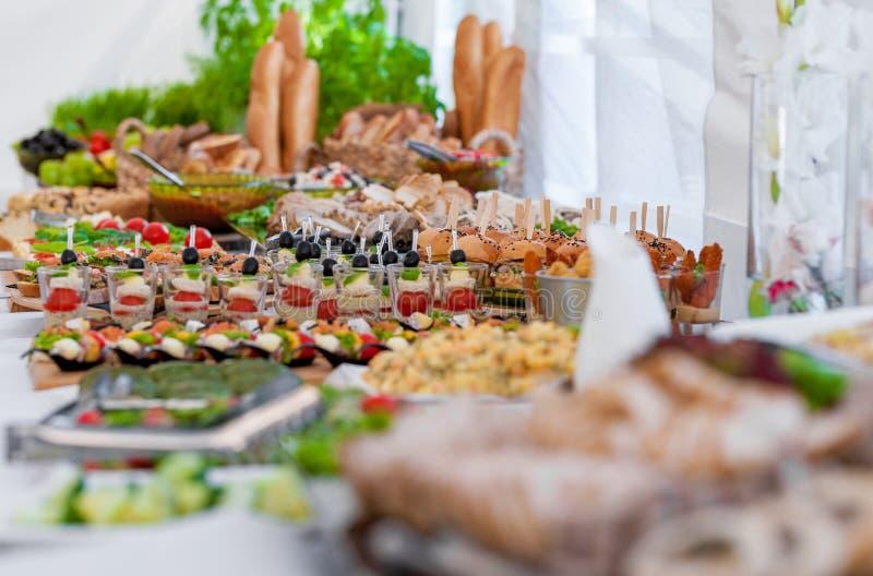 Gifta sig tabellen med mat Mellanmål och aptitretare på tabellen Fisk och rått kött med grönsaker royaltyfri bild