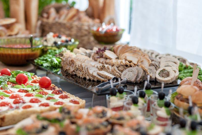 Gifta sig tabellen med mat Mellanmål och aptitretare på tabellen Fisk och rått kött med grönsaker Baconkött i fokus fotografering för bildbyråer