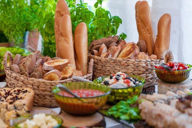 Gifta sig tabellen med mat Mellanmål och aptitretare på tabellen Traditionell litauisk kokkonst och bröd royaltyfri bild